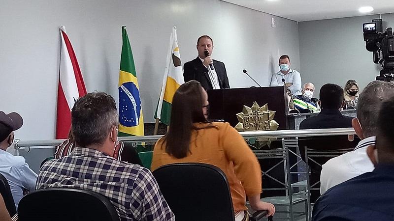 Vereador mais votado Juliano Simionato (DEM) no uso da tribuna após posse.(Foto:Claudinho Leite)
