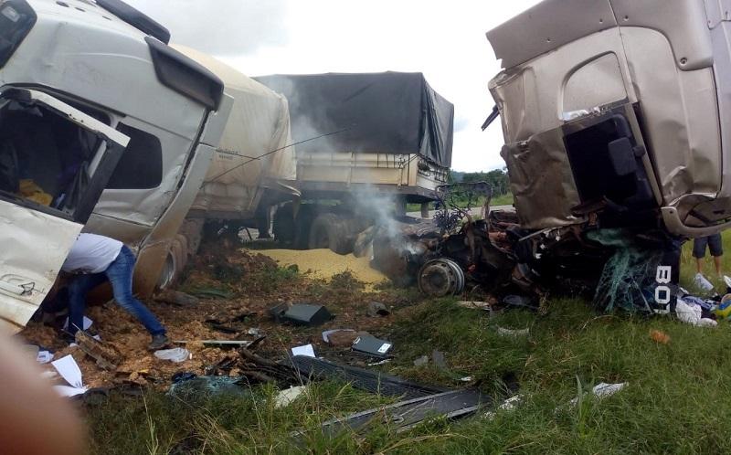 Acidente próximo a cidade de Trairão(PA), envolvendo três caminhões, um com soja, vazio e carregado com adubo. (Foto:Via WhatsApp ao Jornal Folha do Progresso)