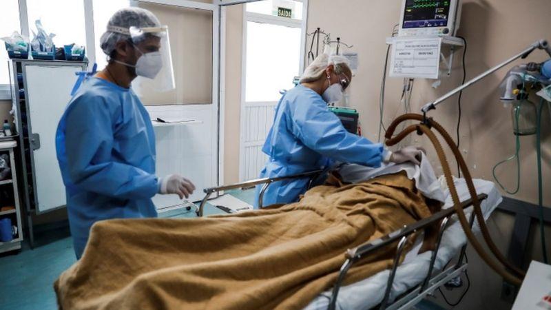 EPA/MARCELO OLIVEIRA Legenda da foto, Dados inéditos obtidos pela BBC News Brasil mostram que de 15 de fevereiro até o final de dezembro, 80% das pessoas com covid-19 que precisaram de ventilação mecânica invasiva morreram