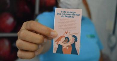 Colaboradoras receberam lembranças no Dia Internacional da Mulher. Foto Comunicação Pró-Saúde.