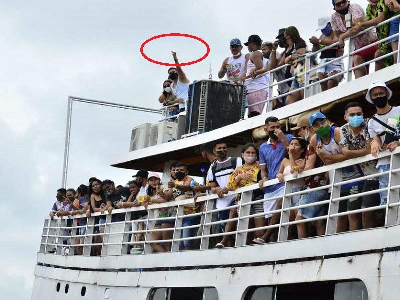 Passageiro faz gesto obsceno para a reportagem (Foto: Junio Matos)