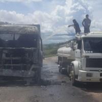 Caminhão pega fogo na BR-163 motorista pede socorro para conter incêndio