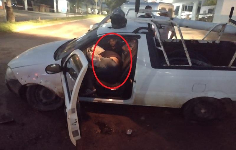 imagem mostra dois ocupantes deitados dentro do veiculo