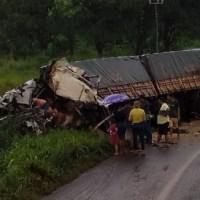 Motorista morre preso nas ferragens em acidente entre duas carretas na rodovia BR 163 em Trairão