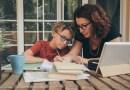 Mães precisam ter o autocuidado na pandemia, mesmo com mais tarefas em casa, diz psicóloga