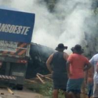 Carreta pega fogo em acidente entre duas carretas na Br 163 em Moraes Almeida