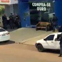 """Assaltante se entrega após fazer dois reféns em """"Compra de Ouro"""" na cidade de Peixoto de Azevedo (MT); negociação durou mais de 2 horas"""