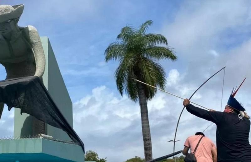 Indígenas ergueram arcos e flechas contra Monumento ao Garimpeiro — Foto: Reprodução/Instagram/levanteroraima