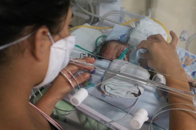 Mãe e bebê recebem acolhimento e orientações sobre prematuridade na UTIneonatal do HMIB- Pró_Saúde