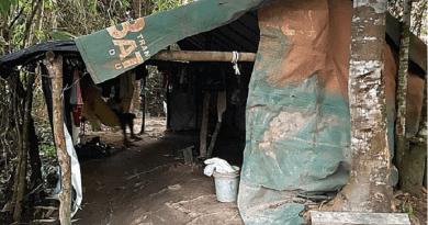 No barraco de lona, filhos de Gisele ficavam ao lado de embalagens de agrotóxico, motosserra e galões de óleo diesel (Foto: Ministério Público do Trabalho)