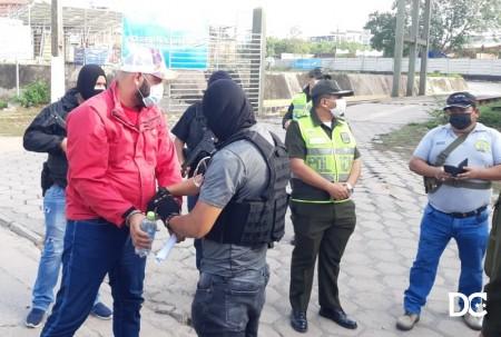 Luan sendo entregue aos agentes da PF na linha internacional (FOto: Pikinho Mejia )