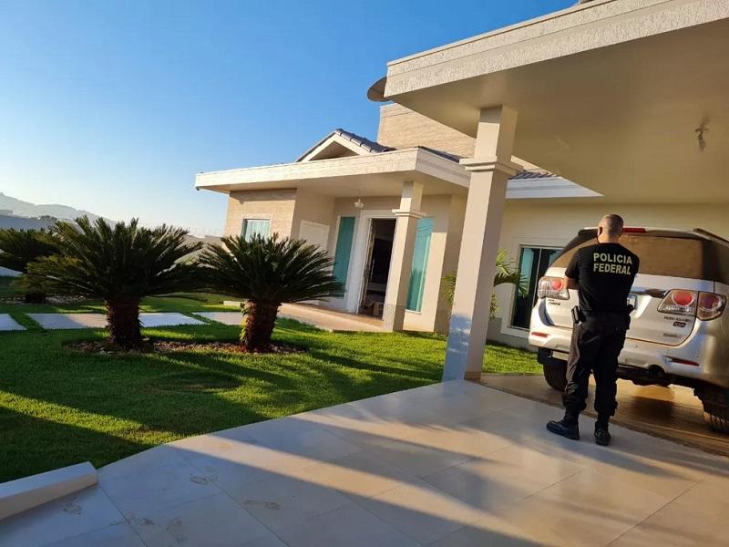 Policial cumpre mandado de busca durante Operação Paralelo — Foto: PF/Divulgação
