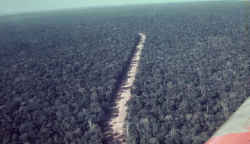 Vista aérea da recém construida Rodovia BR 163 anos 70 (Foto:Exercito Brasileiro)