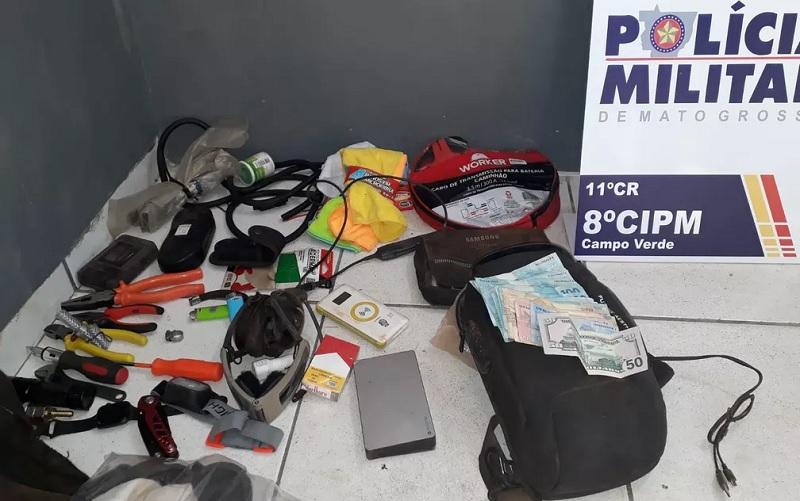 Materiais que estava com o piloto foram apreendidos pela polícia — Foto: Polícia Militar