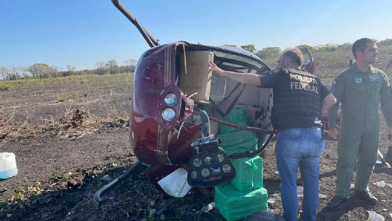 Helicóptero com aproximadamente 300 kg de cocaína caiu na região do Pantanal, em Poconé (MT), neste domingo (1º) - (Foto: Ciopaer/MT)