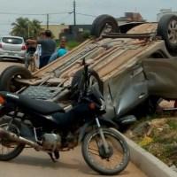 Carro capota e fica com pneus para cima após acidente envolvendo dois veículos em Novo Progresso