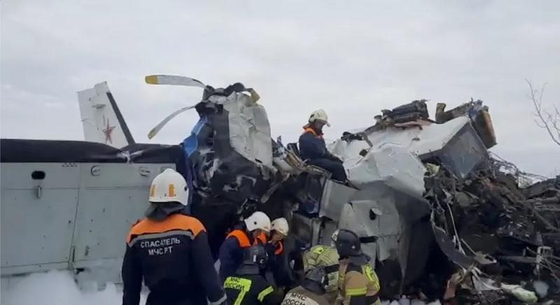 Socorristas trabalham no local da queda do avião L-410 perto da cidade de Menzelinsk, na República do Tartaristão, Rússia, no dia em 10 de outubro de 2021 — Foto: Ministério de Emergências da Rússia/Via Reuters