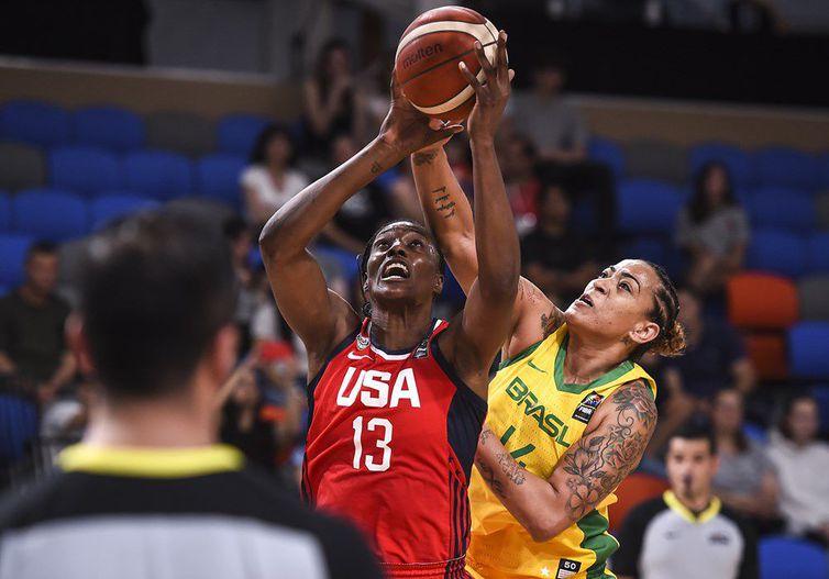 Érika atuando pela seleção brasileira contra os Estados Unidos