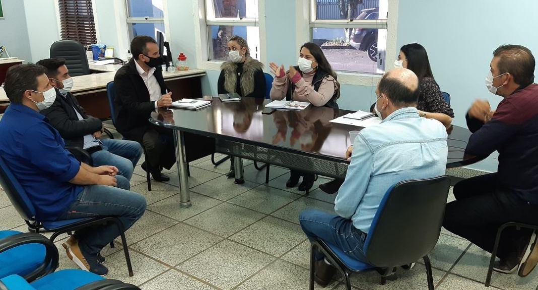 Prefeito de Arapoti recebe membros da Câmara para debater distribuição de absorventes higiênicos