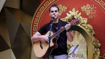 Matheus Lustosa cantou as músicas Dona Maria e Cabelo de Algodão. Foto: Jorge Luiz Garcia / Grupo YBrasil