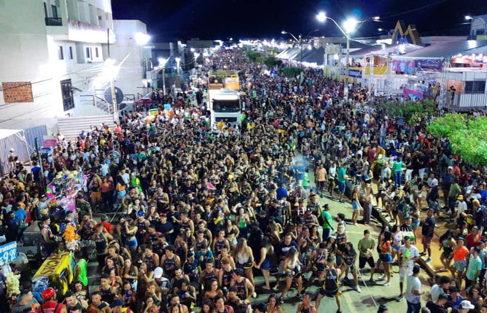 Bell Marques abre o Barreiras Folia com mais de 70 mil pessoas na avenida