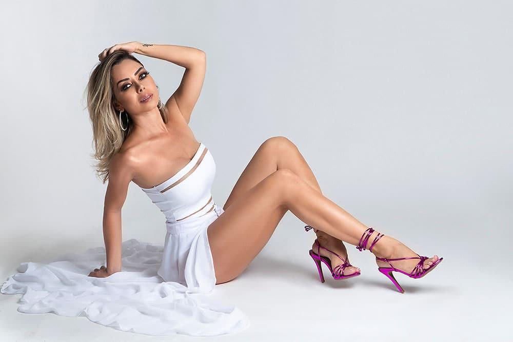 Deia Cypri, esposa do sertanejo Edson, exibe boa forma em ensaio de sua própria marca de sapatos