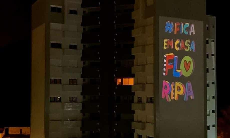 Brasileiros usam projeções em edifícios para divulgar mensagens durante a quarentena