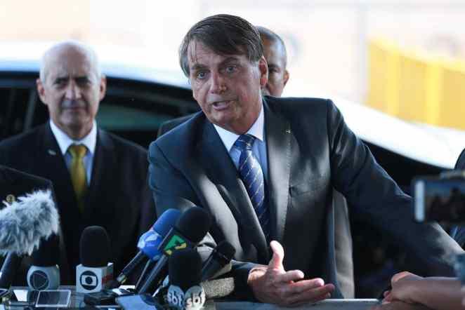 O presidente Jair Bolsonaro fala à imprensa no palácio da Alvorada (Imagem: Antonio Cruz/Agência Brasil)