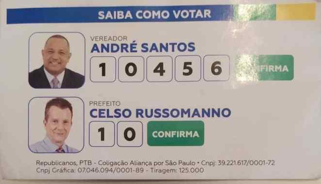 Material de campanha do vereador André Santos distribuídos na frente do Templo de Salomão (Reprodução)