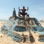 Guarapariense faz esculturas gigantes na Praia do Morro
