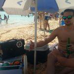 Caixas de som nas praias da Enseada Azul: uma mistura de diversão e incômodo entre turistas