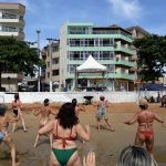 Zumba anima turistas nas praias de Anchieta