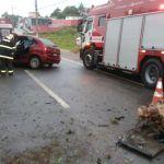 Carro bate no canteiro central e motorista é socorrido em estado grave em Guarapari