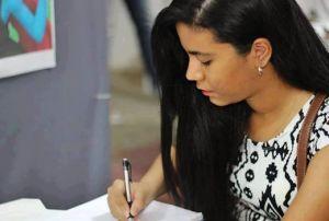 Alexia produzindo seus desenhos