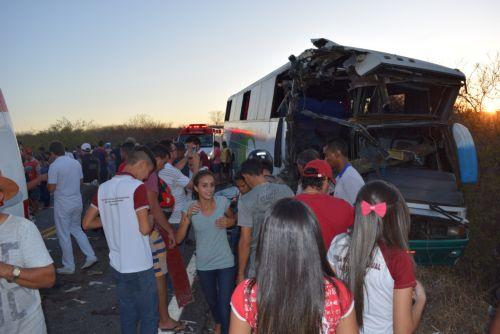 Acidente com 2 ônibus de estudantes deixa um morto e cerca de 40 feridos na PB