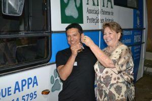 Francisca Motta entrega chave do castramóvel a Patrian, presidente da Associação Patoense de Proteção aos Animais