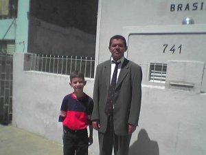 Professor Josênio com um dos seus filhos em frente à igreja que frequentava