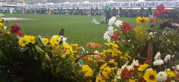 Chapecó homenageia vítimas do acidente aéreo e agradece apoio de todo o país