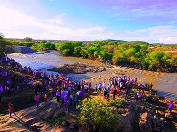 Paraibanos comemoram a chegada das águas do Rio São Francisco