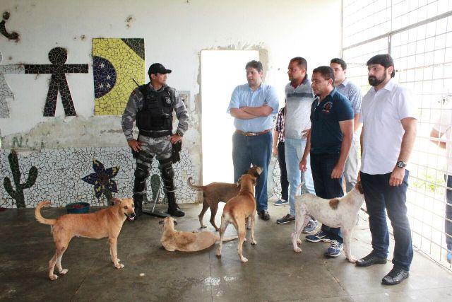 Prefeito de Patos visita abrigo de animais e garante melhorias