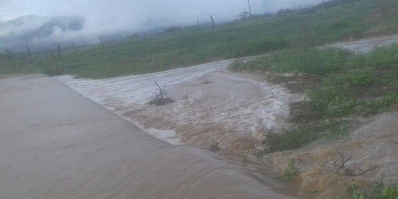 Chove forte na região de Cacimba de Areia e o Rio Farinha está cheio