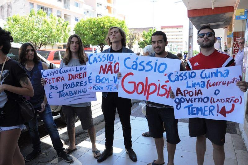 Manifestantes fazem senador Cássio Cunha Lima desistir de entrevista coletiva em Patos