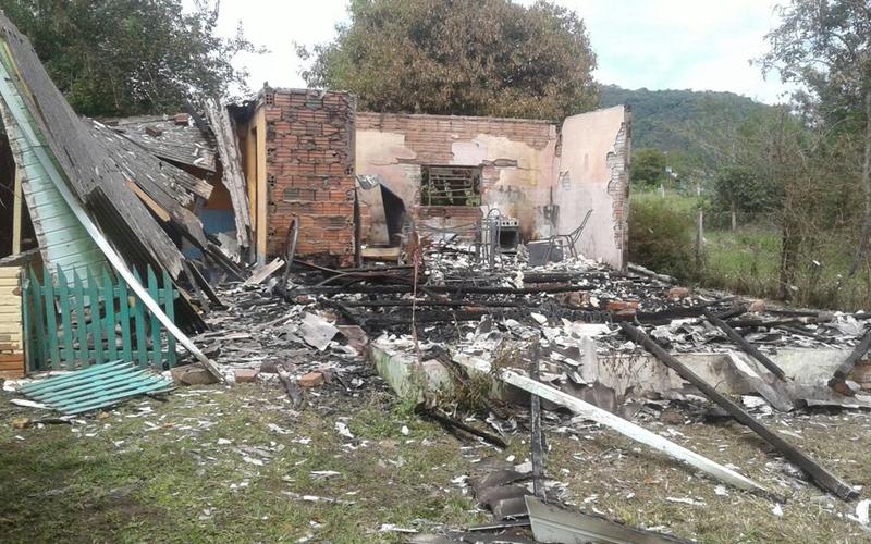 Adolescentes confessam que estrangularam mãe e duas filhas antes de queimar casa em Capela de Santana-RS