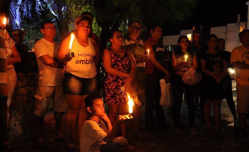 Manifestantes saem as ruas em Patos na noite de ontem contra o reajuste nas contas de luz