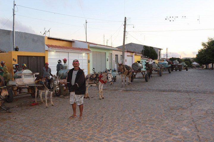 População de Teixeira enfrenta fila na madrugada para pegar água no chafariz