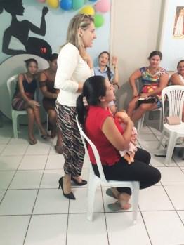 Fraldecya deu orientações de como segurar o bebbê na hora de amamentar