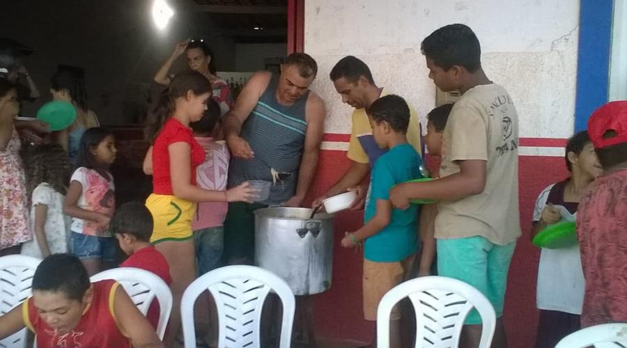 Comerciante distribui sopa às crianças carentes todas as quartas-feiras, em Teixeira