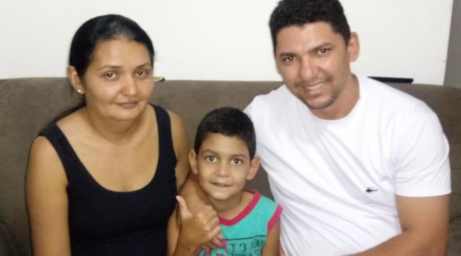 Criança que estava na UTI tem alta e se recupera em casa. Pais agradecem às orações de todos