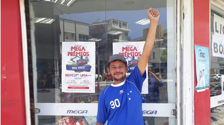 Torcedor do Cruzeiro, em Patos, poeta Gilmar Pereira comemora hexa do time na Copa do Brasil