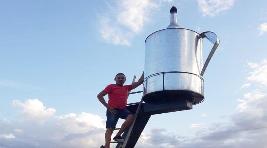 Homem constrói o maior candeeiro do mundo, em Itaporanga
